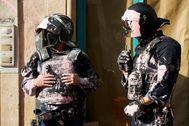 Dos 'mossos' durante el intento de desahucio de la vecina de La Rambla.
