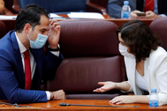 La presidenta de Madrid, Isabel Díaz Ayuso, conversa con su vicepresidente, Ignacio Aguado, en la Asamblea