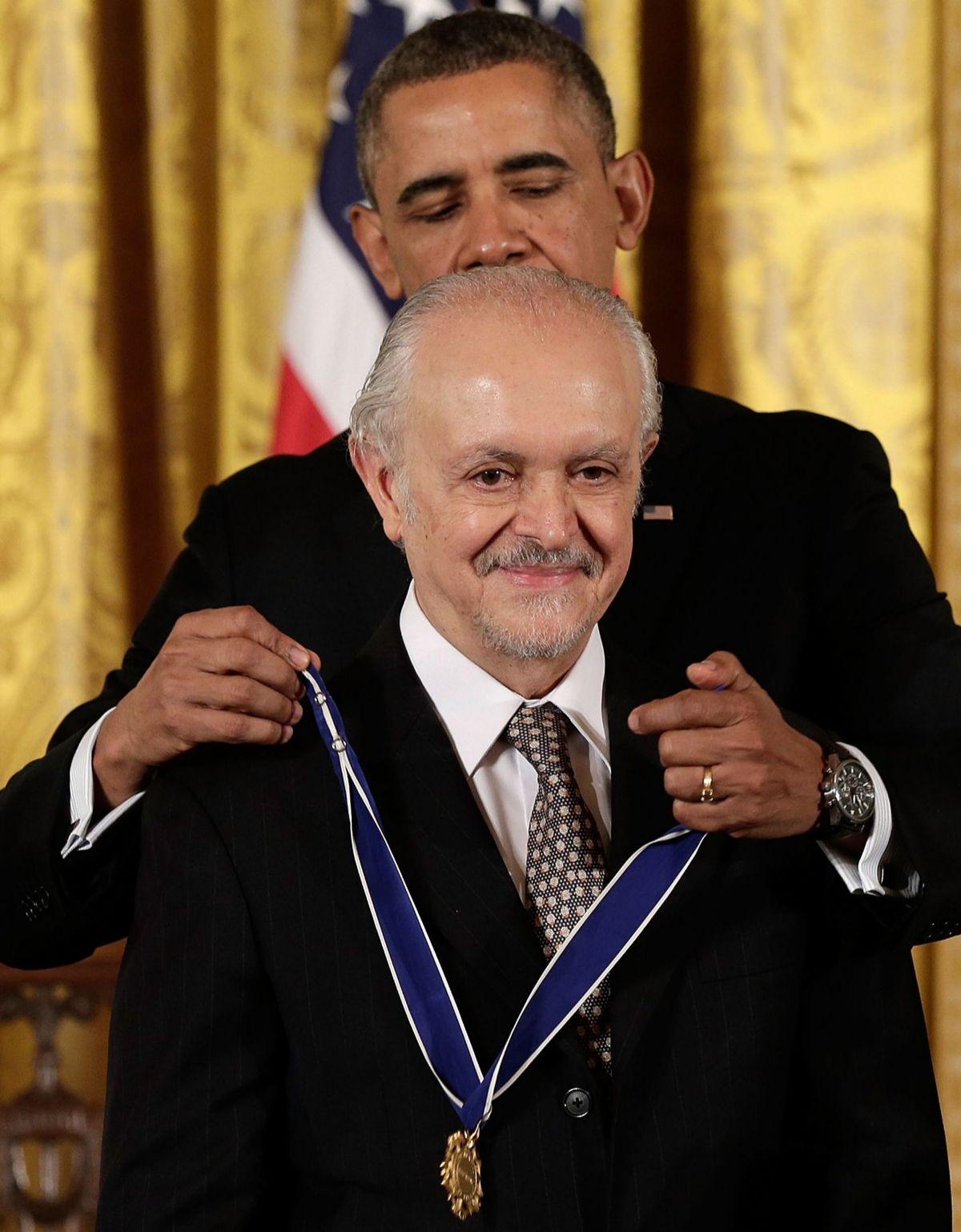 El entonces presidente de EEUU, Barack Obama, entrega la Medalla Presidencial de la Libertad a Mario Molina en 2013