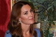 Kate Middleton brilla con un vestido azul y complementos con guiño a Diana de Gales