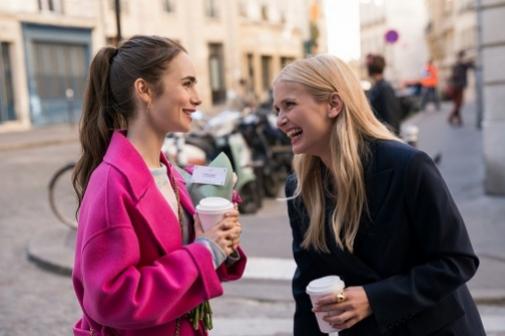 El pelo de Chicago (Emily, la actriz Lily Collins) conoce a la melena francesa, Camille (Camille Razat).