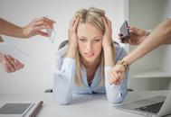 Una mujer estresada en la oficina. Foto: Shutterstock.