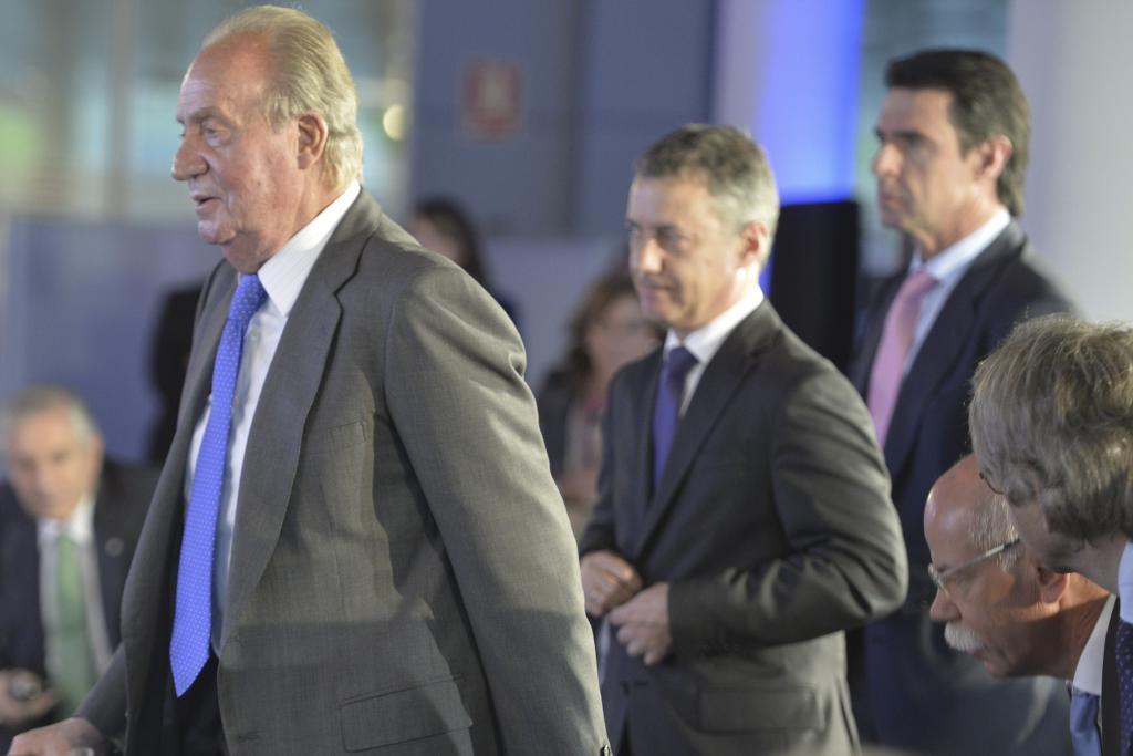 El lehendakari Iñigo Urkullu junto al Rey Juan Carlos I y el ex ministro José Manuel Soria durante una visita a la planta de Mercedes-Benz en Vitoria.