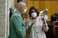 Javier Imbroda conversa con Susana Díaz durante el pleno celebrado este jueves en el Parlamento andaluz.