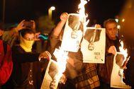 Independentistas queman una imagen del Rey en la entrega de los Premios Princesa de Girona, en 2019.