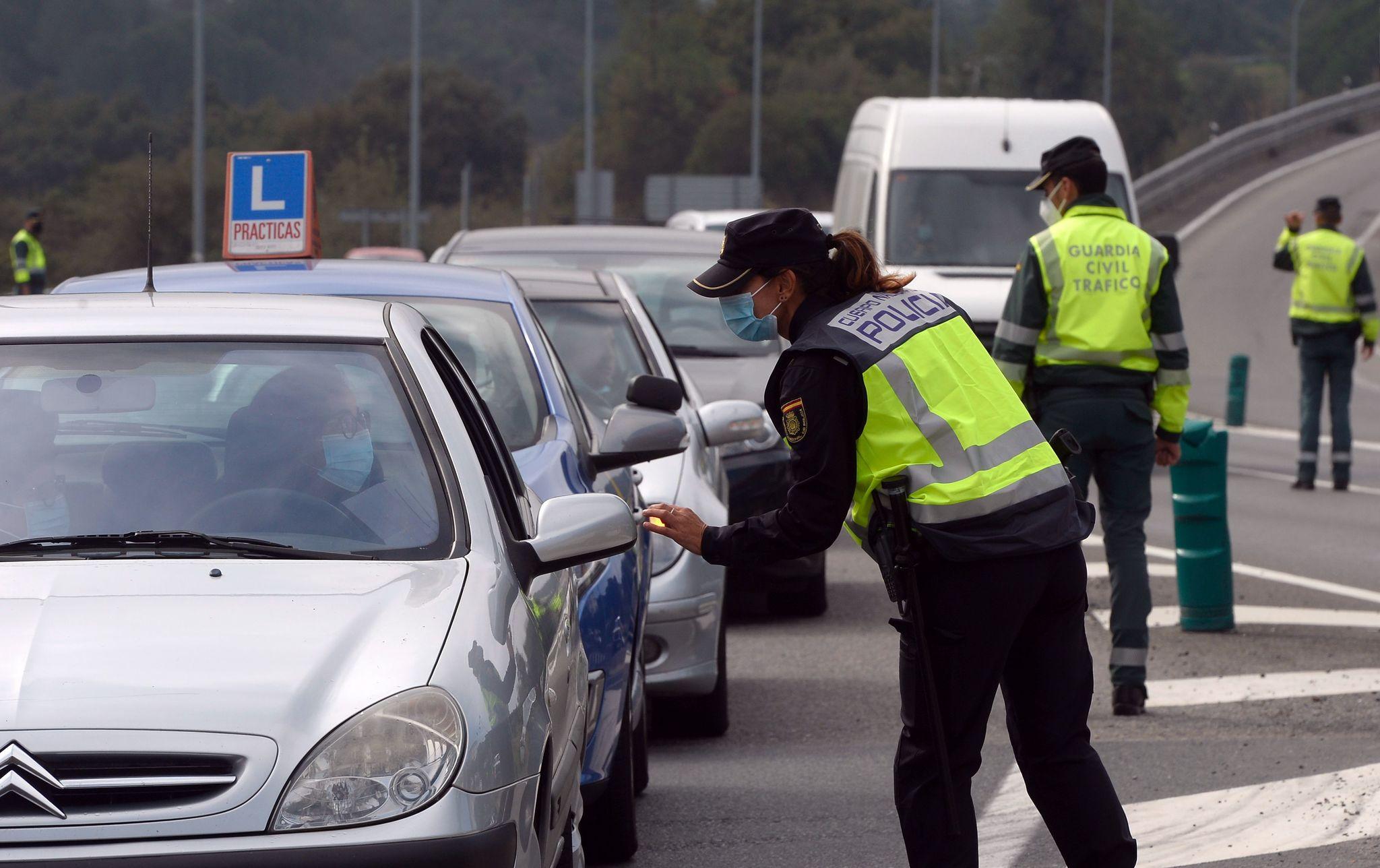 La Guardia Civil en un control de tráfico este jueves a la entrada de Orense, en el primer día de cierre perimetral de la ciudad para intentar controlar el coronavirus.