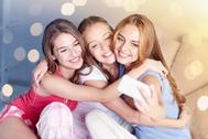 Un grupo de adolescentes haciéndose un selfie. Foto: Shutterstock.