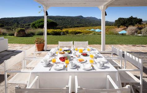 El desayuno se sirve en la terraza del jardín.
