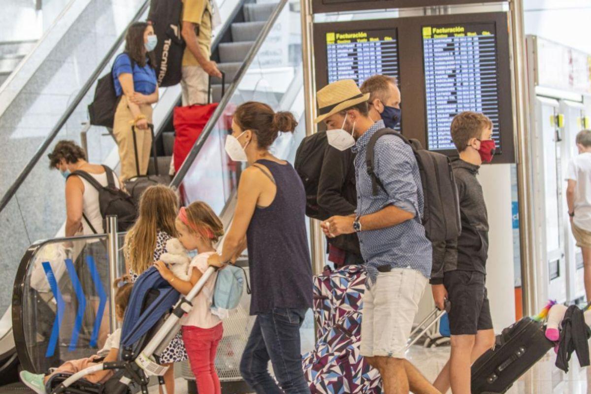Turistas en el aeropuerto de Palma este verano antes de las restricciones.