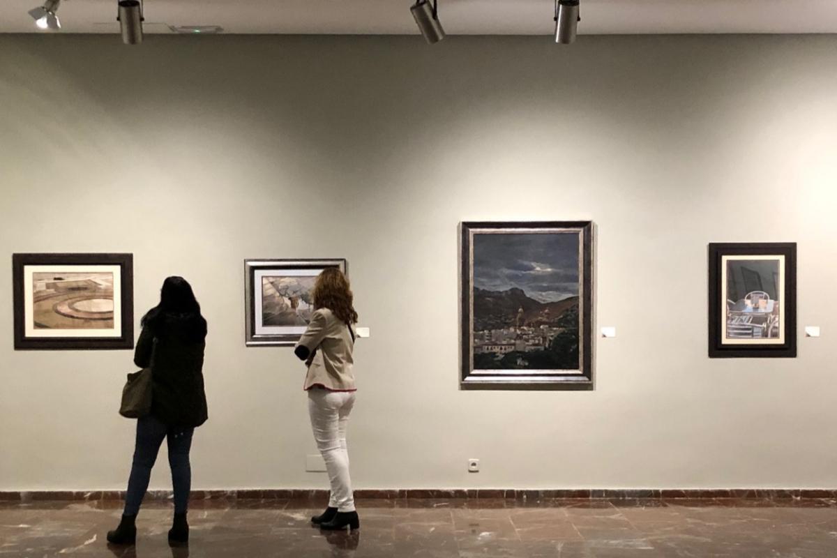 Dos mujeres contemplan las obras expuestas en el Museo Provincial de Jaén.