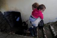 Una mujer y un niño buscan refugio en un sótano de Nagorno Karabaj.