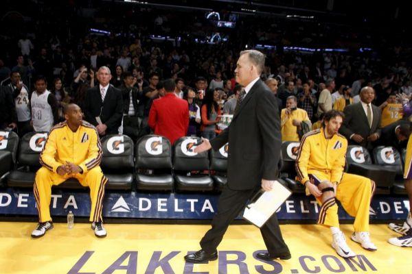 Vetos, contratos millonarios, peleas familiares y muchas derrotas: la década calamitosa de los Lakers