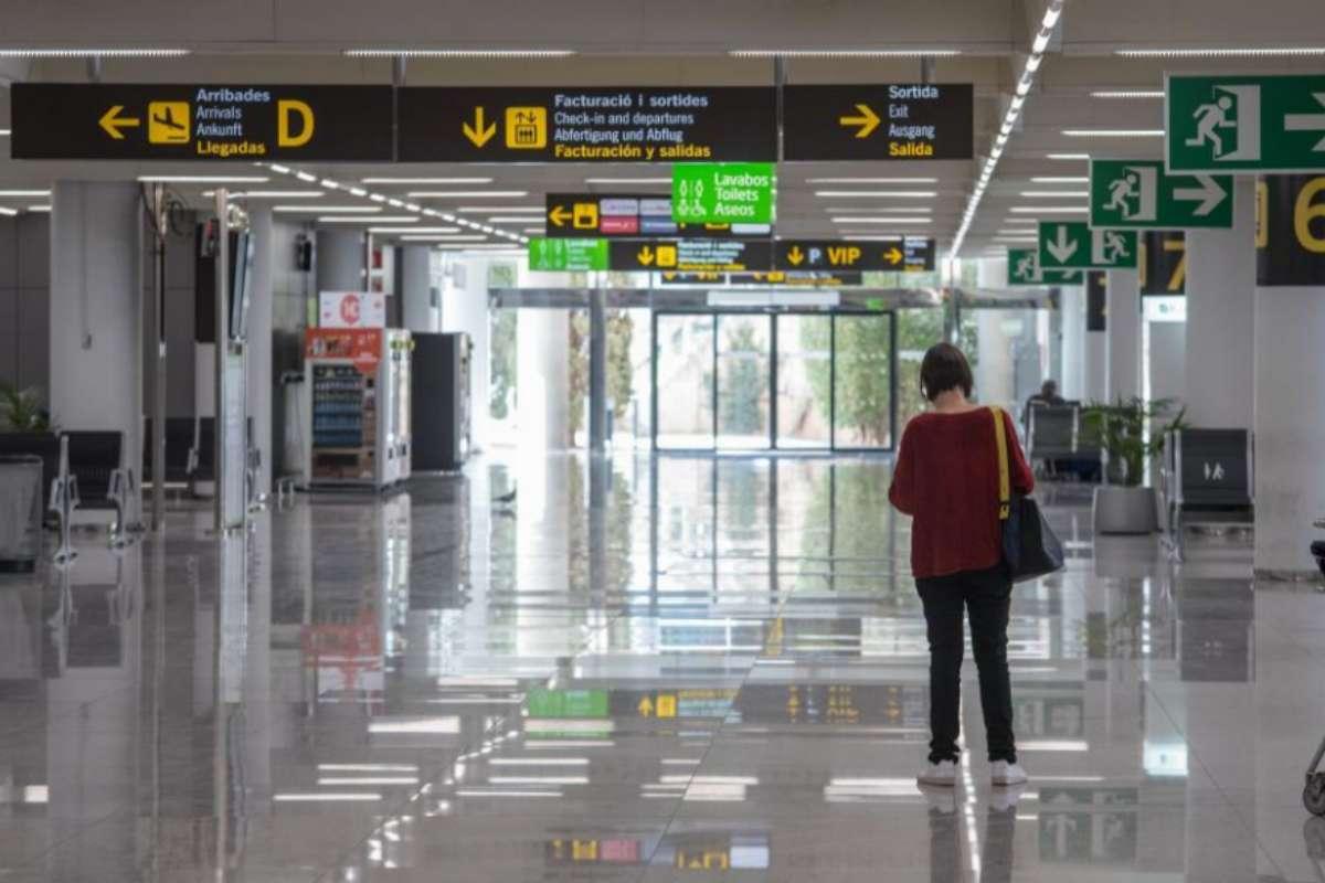Una pasajera en un aeropuerto de Palma casi vacío durante el estallido de la pandemia.