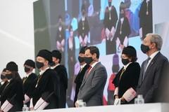 El presidente de la Junta de Andalucía, Juanma Moreno, con otras autoridades, en la inauguración del curso universitario en la sede de La Rábida de la UNIA.