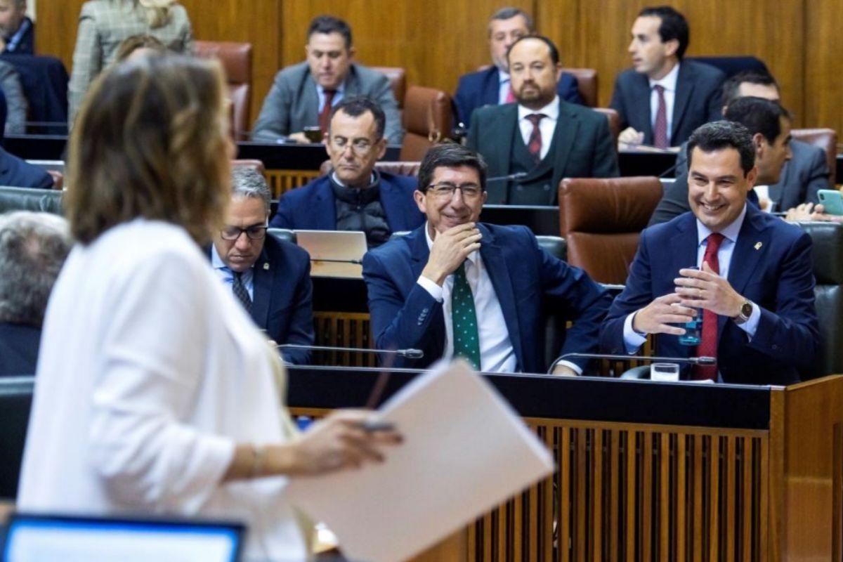 La secretaria general del PSOE andaluz, Susana Díaz, en el Parlamento ante el presidente de la Junta, Juanma Moreno, y otros miembros del gobierno.