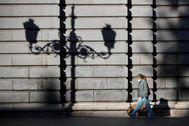 Una mujer pasea por el centro de Madrid tras decretarse el estado de alarma.