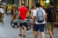 Un hombre carga con unos ventiladores en Madrid.