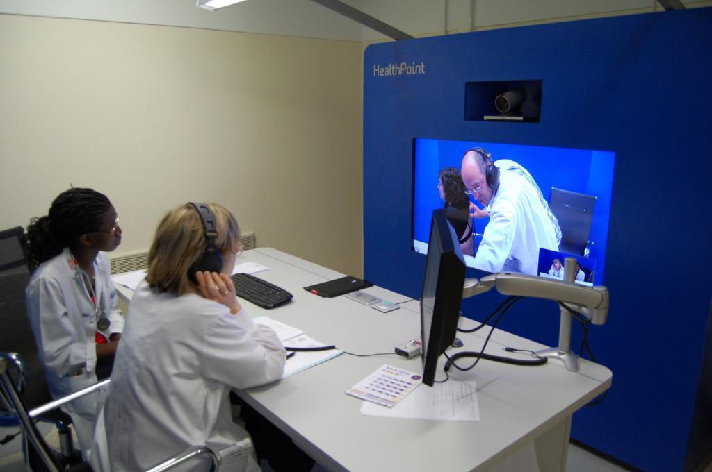Dos especialistas asisten a una consulta remota.