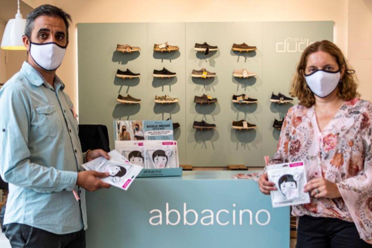 La gerente de la AECC en Baleares, Ana Belén Velasco, en una campaña solidaria junto a la empresa Abbacino,