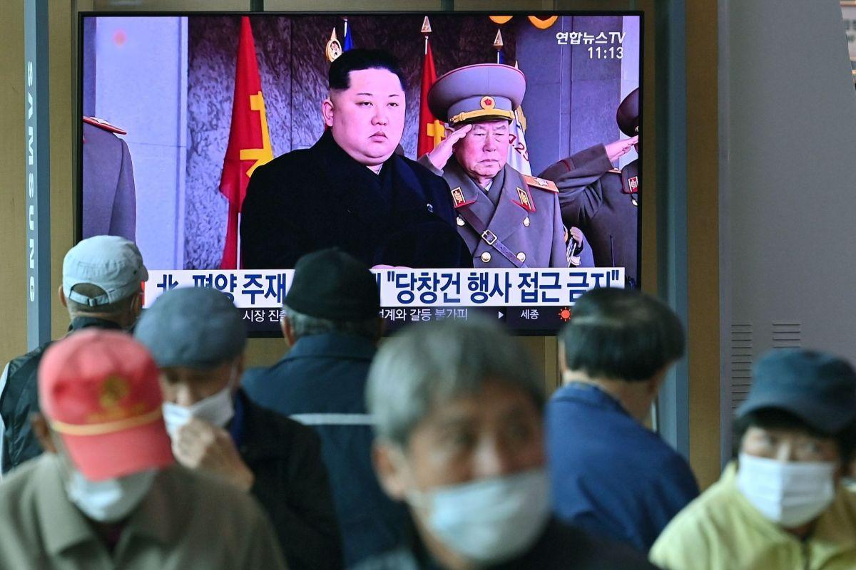 El líder norcorenao, Kim Jong-un, en la televisión durante el desfile.