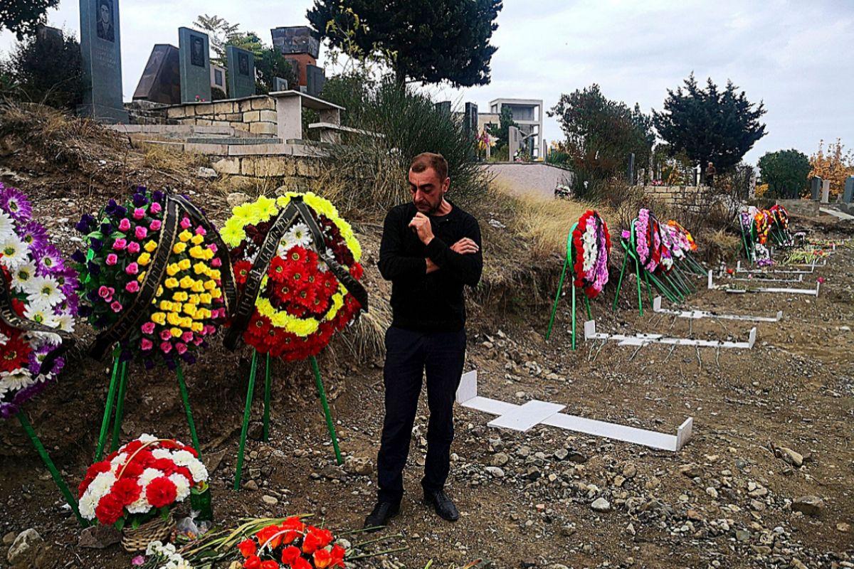 Areik Tonian visita la tumba de su sobrino.