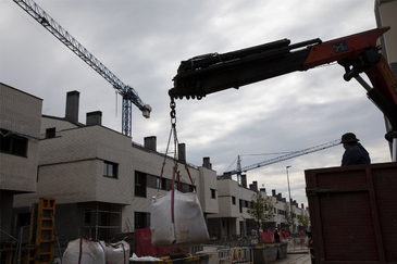 Obras de acometida de la instalación eléctrica en una promoción de viviendas unifamiliares en Rivas Vaciamadrid el día que se reanudó la actividad tras el primer estado de alarma.