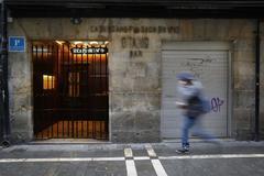 Un hombre camina frente al restaurante Otano, en la calle San Nicolás de Pamplona.