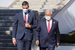 El presidente del Gobierno, Pedro Sánchez, junto al primer ministro de Portugal, Antonio Costa, hoy, en Guarda (Portugal)