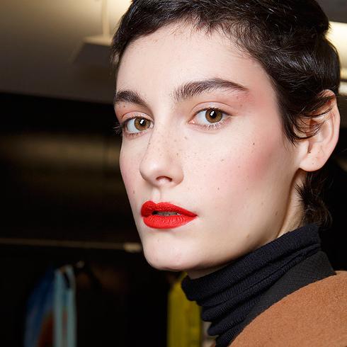 Usos inesperados de una barra de labios roja
