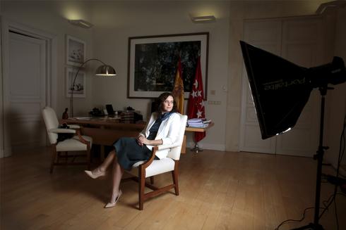La presidenta de la Comunidad de Madrid, Isabel Díaz Ayuso, en su despacho de la Puerta del Sol.