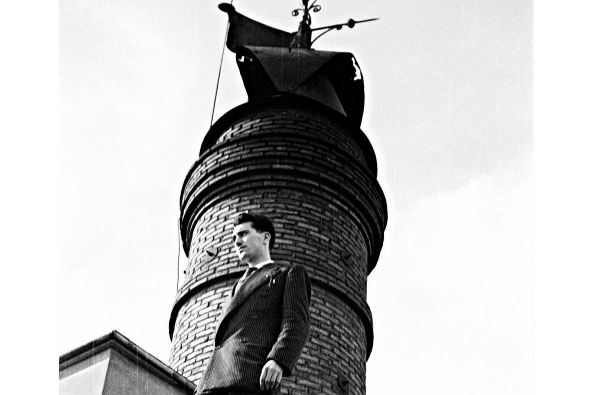 Sanz en la chimenea de la maltería hacia 1950. Colección Enrique Toha.
