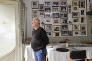 Juan Riera, del restaurante Can Alfredo, con las paredes plagadas de imágenes de famosos.