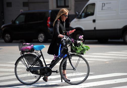 Alegra Versace con su bici en Milán.