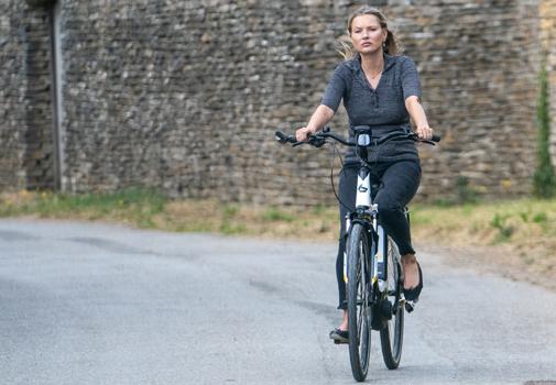 Kate Moss se pone en forma con su bicicleta en Cotswold, Londres.