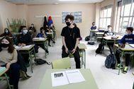Un alumno de 1º de Bachillerato A hace una exposición sobre el despotismo ilustrado en la clase de Historia del Mundo Contemporáneo.