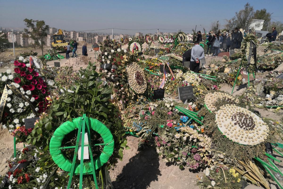Coronas de flores en el cementerio militar de Yereván.