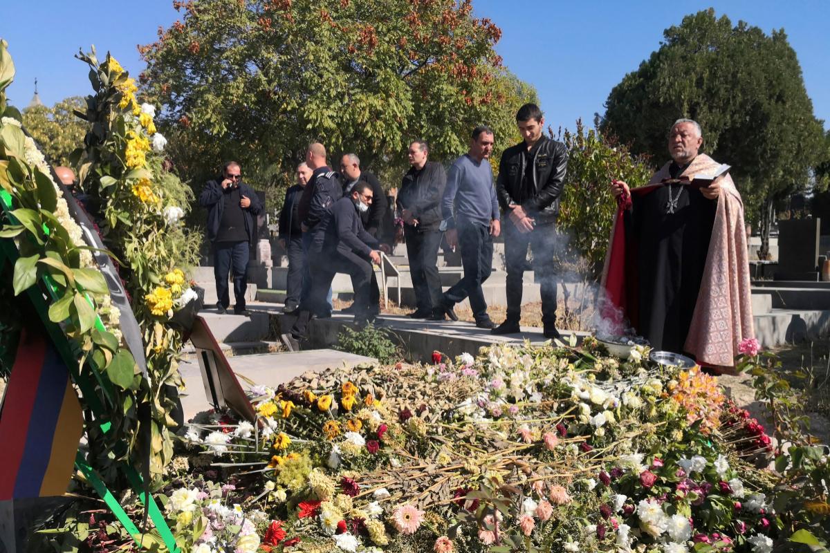 Ceremonia en el cementerio militar de Yereván.