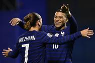 Griezmann y Mbappé celebran uno de los goles a Croacia.