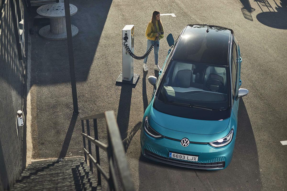 El Volkswagen ID.3, el esperado vehículo eléctrico de la marca alemana, por fin ha llegado a España (el martes rodó por primera vez por las calles de Madrid) y se vende desde 36.145 euros sin las ayudas del Plan Moves II con la batería de 58 kWh y 425 kilómetros de autonomía. La versión tope de gama con la batería de 77 kWh y un rango de hasta 549 kilómetros con una sola carga está disponible desde 40.615 euros sin las ayudas del Moves II. Volkswagen ofrece un punto de recarga básico de 6,6 a 7,2 kW desde 399 euros. La instalación: 950 euros en casas unifamiliares y 1.450 euros en garajes comunitarios.