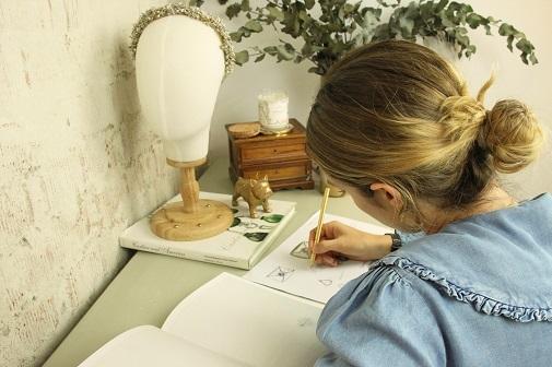 La directora creativa de Apodemia trabajando en su estudio. Foto: cortesía de Apodemia.