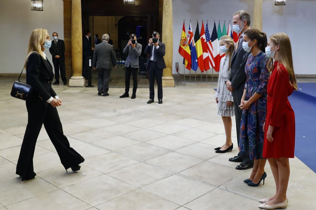 Los Reyes y sus hijas reciben a los galardonados de los Premios Princesa de Asturias, este viernes, en Oviedo.