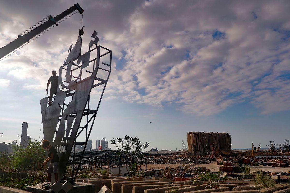 Activistas libaneses erigen un monumento a la revolución del 17 de octubre frente al puerto de Beirut.