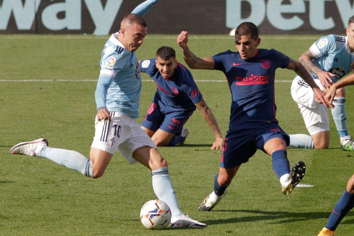 Lucas Torreira trata de frenar a Aspas.