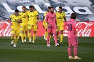 Ramos y Modric, junto a los jugadores del Cádiz, que celebran el gol.