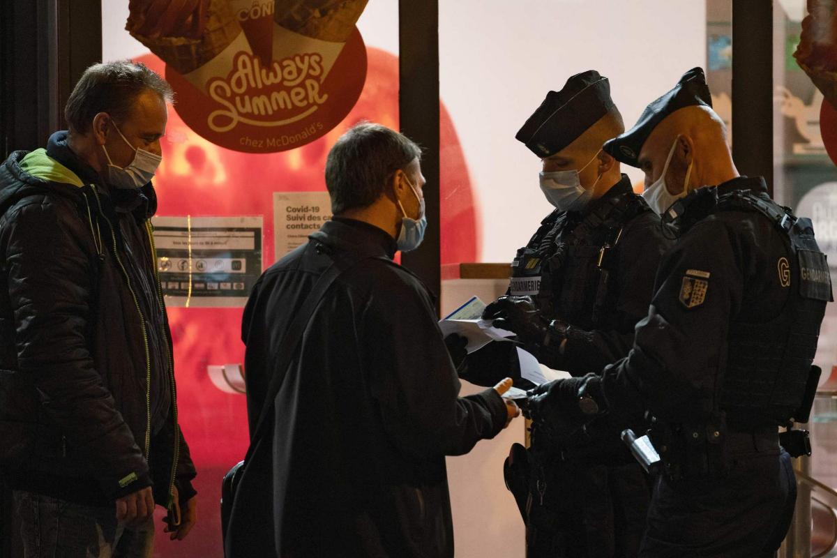Miembros de la Gendarmería solicitan la certificación para permanecer en la calle tras las 21h.