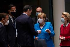 Pedro Sánchez, con Emmanuel Macron, Mark Rutte y Angela Merkel, entre otros dirigentes europeos.