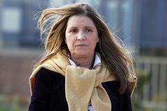 Rosalía Iglesias, a su salida de prisión en 2018, tras pagar la fianza. PAOLO AGUILAR / EFE