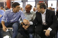 Pedro Sánchez dando al mano a Jordi Hereu, ex alcalde de Barcelona, en un mitin