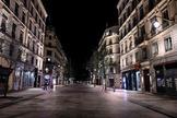 La habitualmente concurrida calle de la República en Lyon, completamente desierta tras iniciarse el toque de queda.