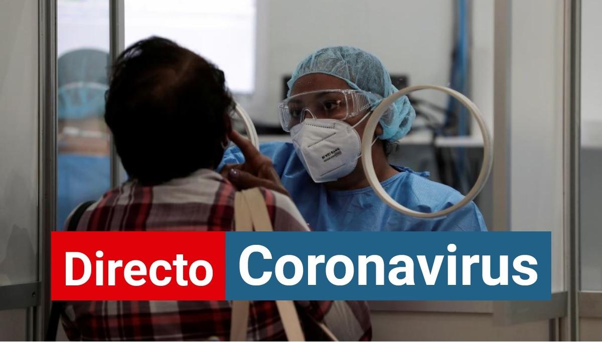 Una sanitaria realiza una prueba de coronavirus a una mujer.